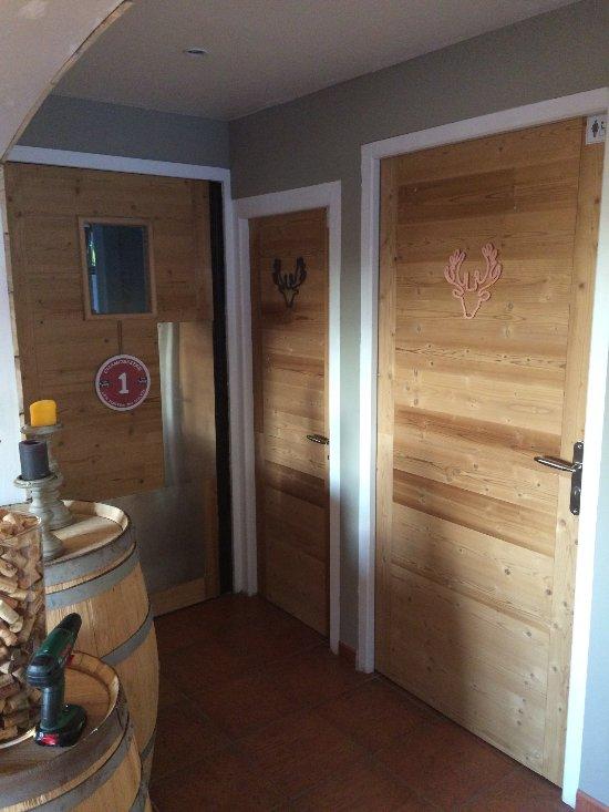 Et sa déco chaleureuse le restaurant la cave à crêpes à bernex en haute savoie a habillé ses portes avec nos kits de rénovation stickwood by b7